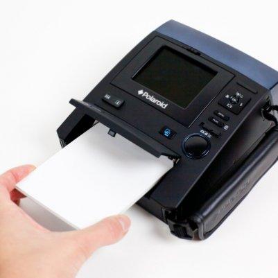 Он использует специальную бумагу Zink - которая без чернил, что еще более доступно, чем пленка для мгновенной.